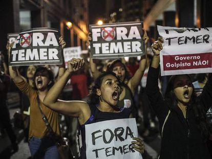 Manifestantes gritan consignas contra el presidente Temer en Río de Janeiro