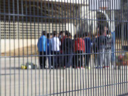 Niños en el patio de un colegio.