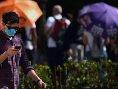 Un hombre usa una mascarilla en las calles de Sevilla.