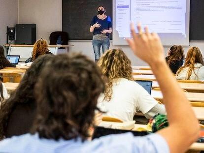 Una profesora imparte clase en la Universidad Complutense de Madrid el lunes.