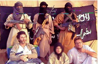 Los tres cooperantes españoles secuestrados, Albert Vilalta, Alicia Gámez (con pañuelo) y Roque Pascual. junto a sus captores, terroristas de AQMI, en una imagen sin datar.