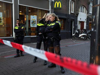 Policías en la zona acordonada en Ámsterdam donde ha recibido los disparos el periodista Peter R. de Vries en la tarde del martes