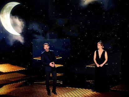 Antonio Banderas y María Casado, al término de la gala de la 35 edición de los Premios Goya.