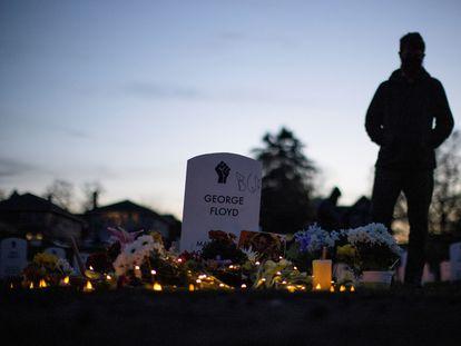 Un ciudadano frente a la tumba de George Floyd el pasado martes, en Minneapolis (Estados Unidos).