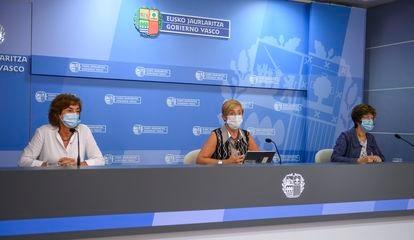 Las consejeras de Salud,  Nekane Murga, Desarrollo Económico, Arantxa Tapia, y de Educación, Cristina Uriarte, a la derecha de la imagen el 18 de agosto.