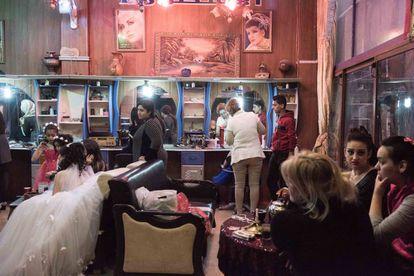 Varias novias se preparan para el enlace en el salón de belleza de Alestora, en la ciudad de Homs.