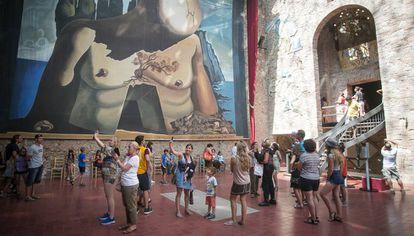 Interior del Museo Dalí de Figueres (en la zona en la que está el pintor enterrado) lleno de visitantes.