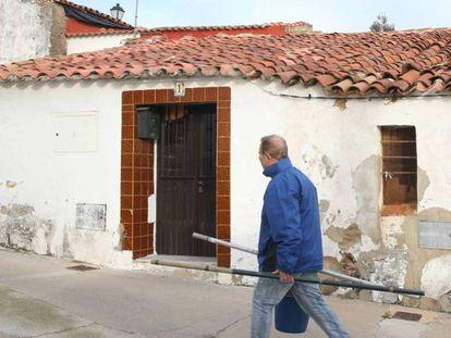 La casa del asesino confeso en El Campillo. En vídeo, las primeras imágenes de Montoya detenido y la ira de los habitantes de El Campillo contra él.