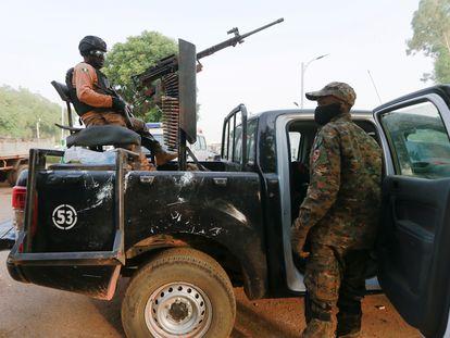 Soldados en el camión usado para rescatar a las niñas secuestradas de una escuela en el estado de Zamfara, el 2 de marzo de 2021.