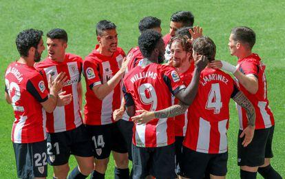 Los jugadores del Athletic felicitan a Íñigo Martínez (con el dorsal 4 a la espalda) tras marcar ante el Betis este sábado en San Mamés.