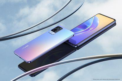 El vivo V 21 5G se comercializa en dos versiones: Sunset Dazzle y Dusk Blue. Llama la atención la triple cámara trasera.