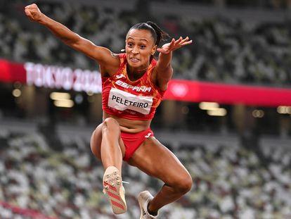 Ana Peleteiro durante un salto en los Juegos Olímpicos de Tokio.