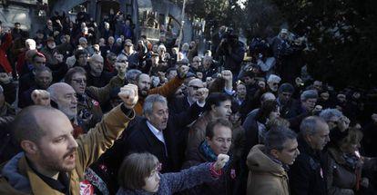 Un grupo de simpatizantes de UGT en el homenaje de Fraternidad Cívica frente al mausoleo de Pablo Iglesias, en el Cementerio Civil.