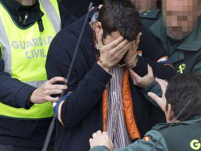 La Guardia Civil traslada al detenido por la muerte del menor en Málaga.