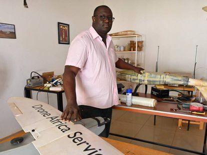 Aziz KountchxE9 posa en su taller en Niamey. Es un emprendedor en aeronáutica con una compañía de drones en Níger.