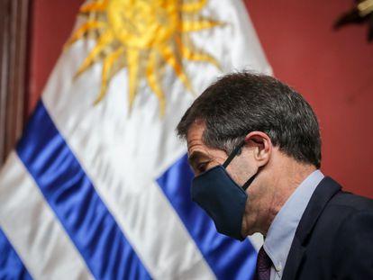 El excanciller de Uruguay, Ernesto Talvi, sale de una conferencia de prensa  este martes, en Montevideo.