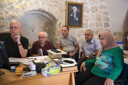 El padre Columba Stewart (izquierda), director del HMML, con familiares de la Biblioteca Al Jalidi de Jerusalén.