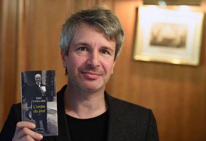 El escritor francés Éric Vuillard sostiene su novela 'L'Ordre du Jour', por la que ha ganado el Premio Goncourt 2017.