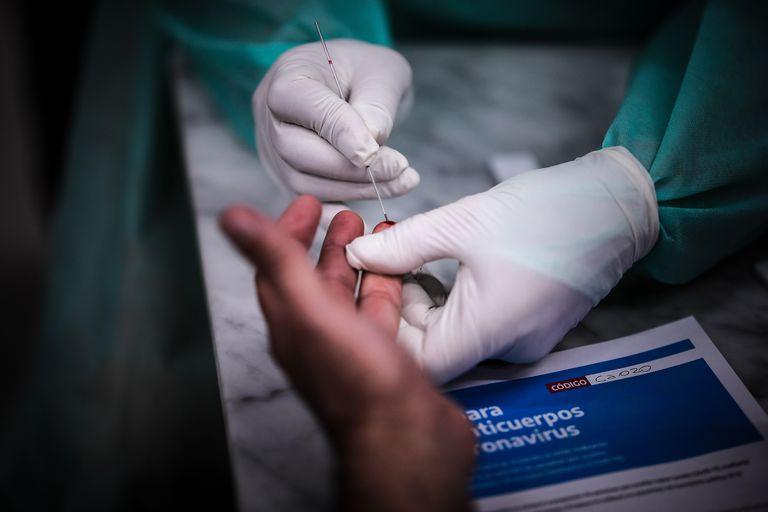 Un sanitario realiza un test rápido de anticuerpos a una persona