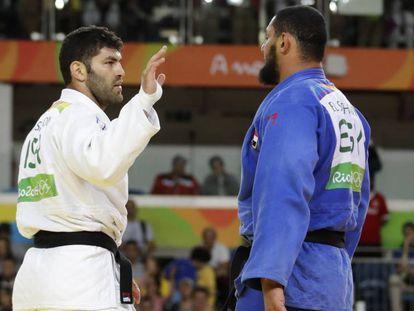 El egipcio Islam El Shehaby (derecha) y su rival Israels Or Sasson (izquierda).