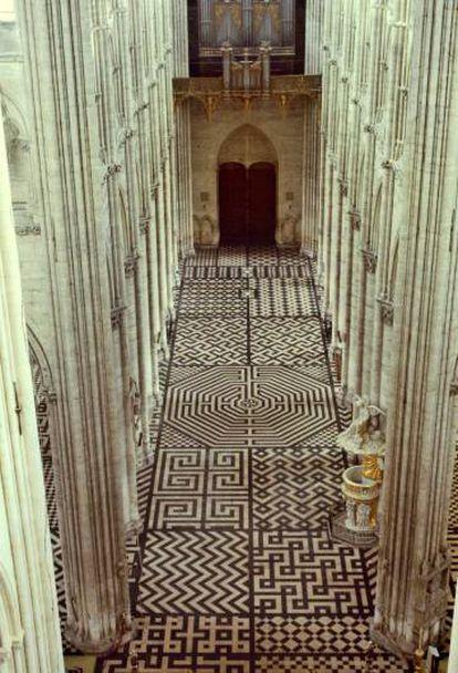 El suelo de la catedral de Amiens, en Francia, es un juego de formas geométricas, entre ellas, la esvástica (arriba a la derecha).