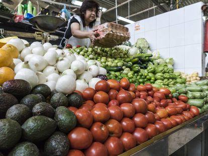 Vendedora de tomates en un mercado en la Ciudad de México.