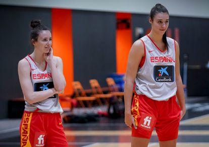 Aina Ayuso (izq) y Raquel Carrera (dch), en la concentración de noviembre con la selección española. / feb