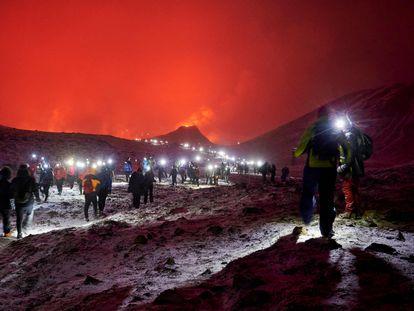 Decenas de visitantes caminan este domingo por el valle de Geldingadalur para observar la erupción.