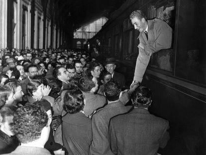 Llegada de don Juan Carlos de Borbón en tren a la estación de Mediodía-Delicias (Madrid), en 1955, saludando desde la ventanilla del convoy a los que en el andén esperaban su llegada.