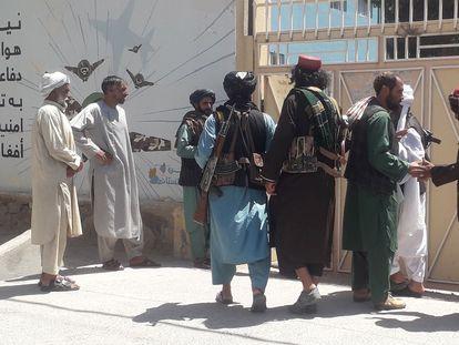 Un grupo de talibanes ante las oficinas del Gobierno provincial en Herat (Afganistán), este viernes.