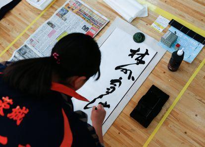 Una participante en un concurso de caligrafía en Tokio.
