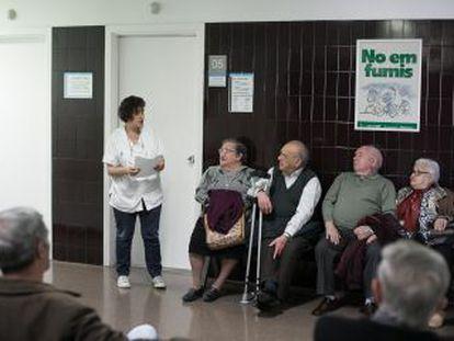 Pacientes esperando en el ambulatorio de La Mina.
