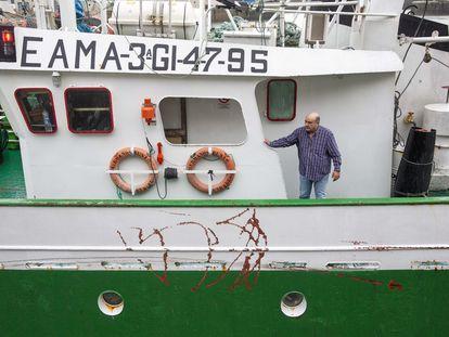 Josu Zaldumbide observa los desperfectos en el barco 'Hermanos Busto' a su llegada al puerto de Ondarroa.
