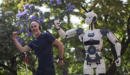 Gael Langevin con su robot, que se puede imprimir en casa por piezas.
