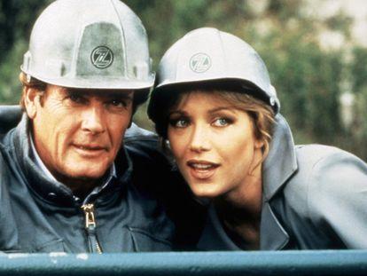 Tanya Roberts junto a Roger Moore en 'Panorama para matar' (1985).