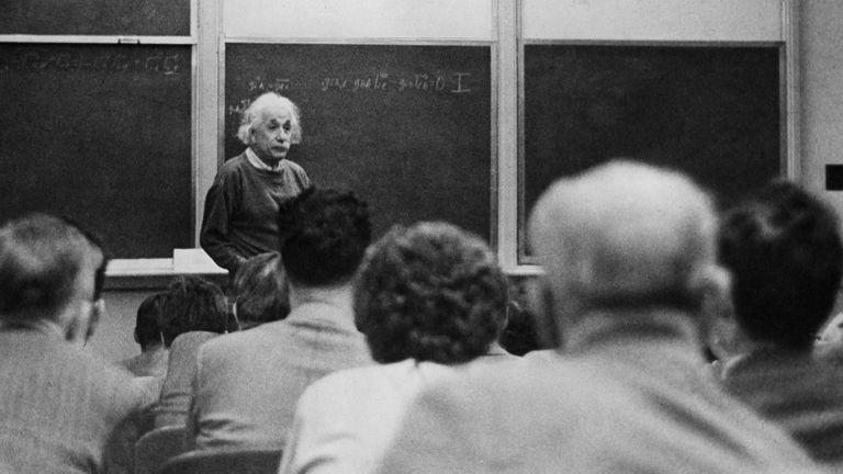 Albert Einstein imparte su primera charla en el Instituto de Estudios Avanzados de Princeton (EE UU) en 1955.