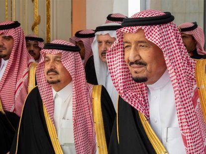 El rey Salmán de Arabia Saudí (derecha) este lunes antes de pronunciar un discurso en Riad.