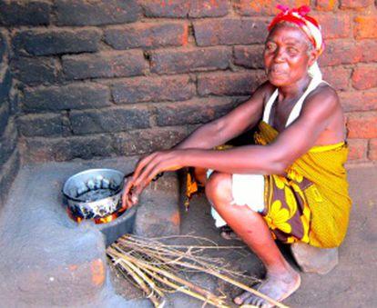 Una mujer utilizando una cocina mejorada.