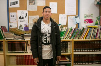 El marroquí Hicham Aidami posa en el instituto de Jerez donde estudia para obtener el Graduado Escolar. Juega con el 7 en Alma de África. Es lateral derecho.