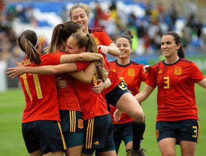 Las jugadoras de la selección española celebran un gol ante ante Camerún