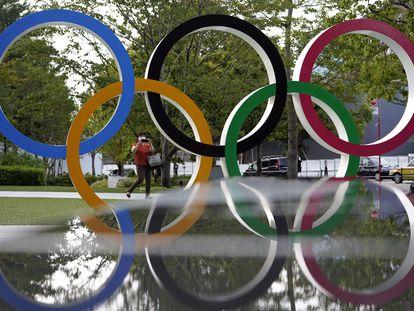 Los aros olímpicos cerca del estadio nacional de Tokio.