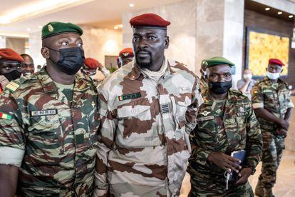Coronel Mamadi Dumbuya, en el centro, luego de una reunión con representantes de Cedeao en Conakry el 17 de septiembre.