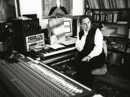 Franco Battiato, en el estudio de su casa de Milo (Sicilia), en 1996.