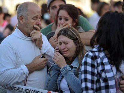 Familiares de víctimas lloran después del incendio de una discoteca en Santa María.