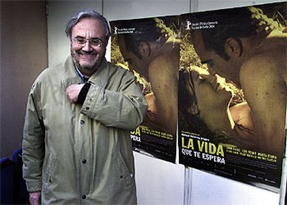 Manuel Gutiérrez Aragón, delante del cartel de su película <i>La vida que te espera.</i>