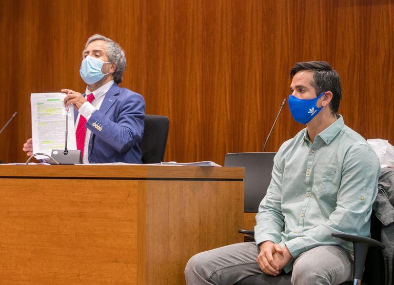A la derecha, Rodrigo Lanza y, a la izquierda, su abogado, Endika Zulueta, durante la repetición del juicio del crimen de los tirantes en la Audiencia de Zaragoza este lunes.