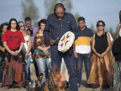 El líder espiritual sioux y activista medioambiental, Lee Plenty Wolf, durante un ritual religioso para bendecir Doñana.
