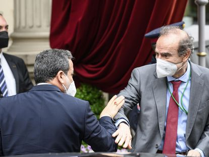 El jefe negociador nuclear iraní, Abbas Araghchi (izquierda), y el vicesecretario general del servicio exterior europeo, Enrique Mora, al inicio de la última ronda de contactos en Viena, la semana pasada.