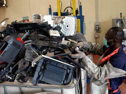 Un  empleado maneja residuos electrónicos en el centro de reciclaje y recuperación E-Terra Matter de Lagos, Nigeria, en junio de 2020.