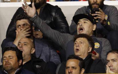 Maradona, desde uno de los palcos, en la final de Dorados de Sinaloa contra el Atlético de San Luis.